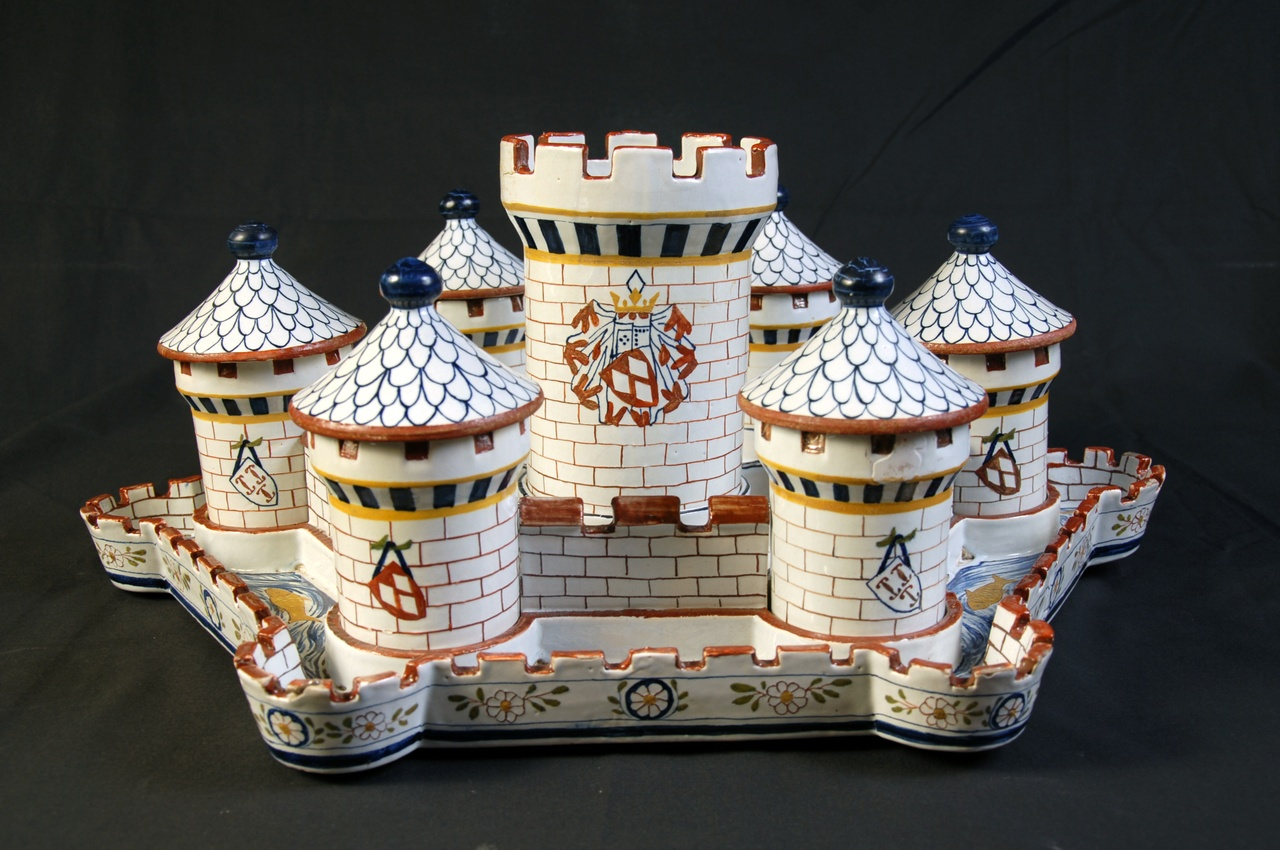 Hors d'oeuvre schaal of tafelstuk in de vorm van een kasteel met gracht en torens.