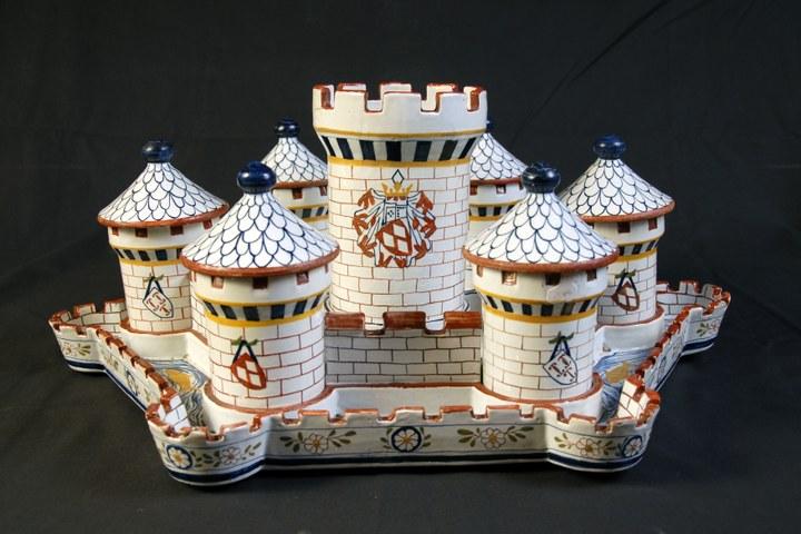 Hors d'oeuvre schaal in de vorm van een kasteel met gracht en torens.