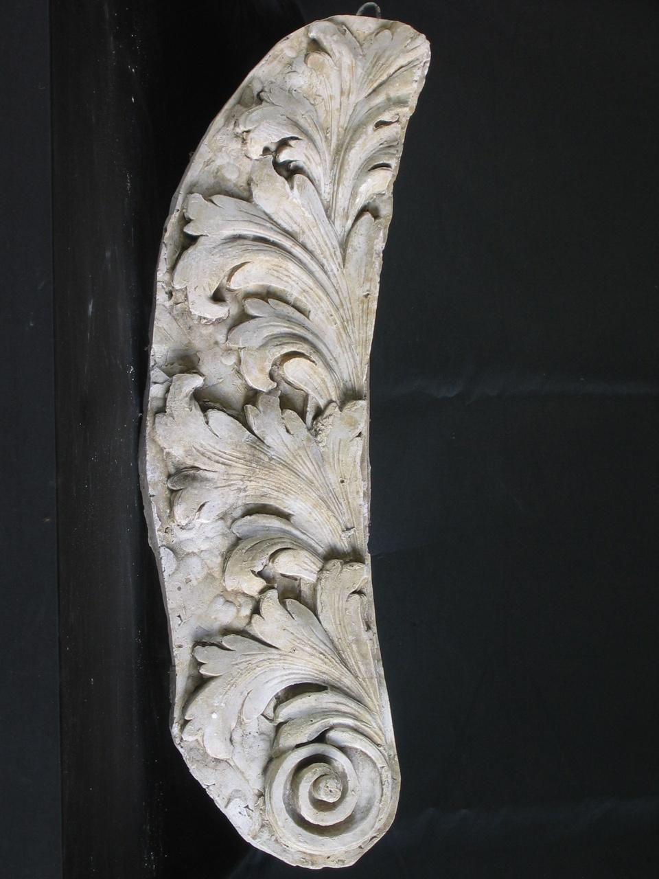 Een gipsmodel met bladmotief en spiraal