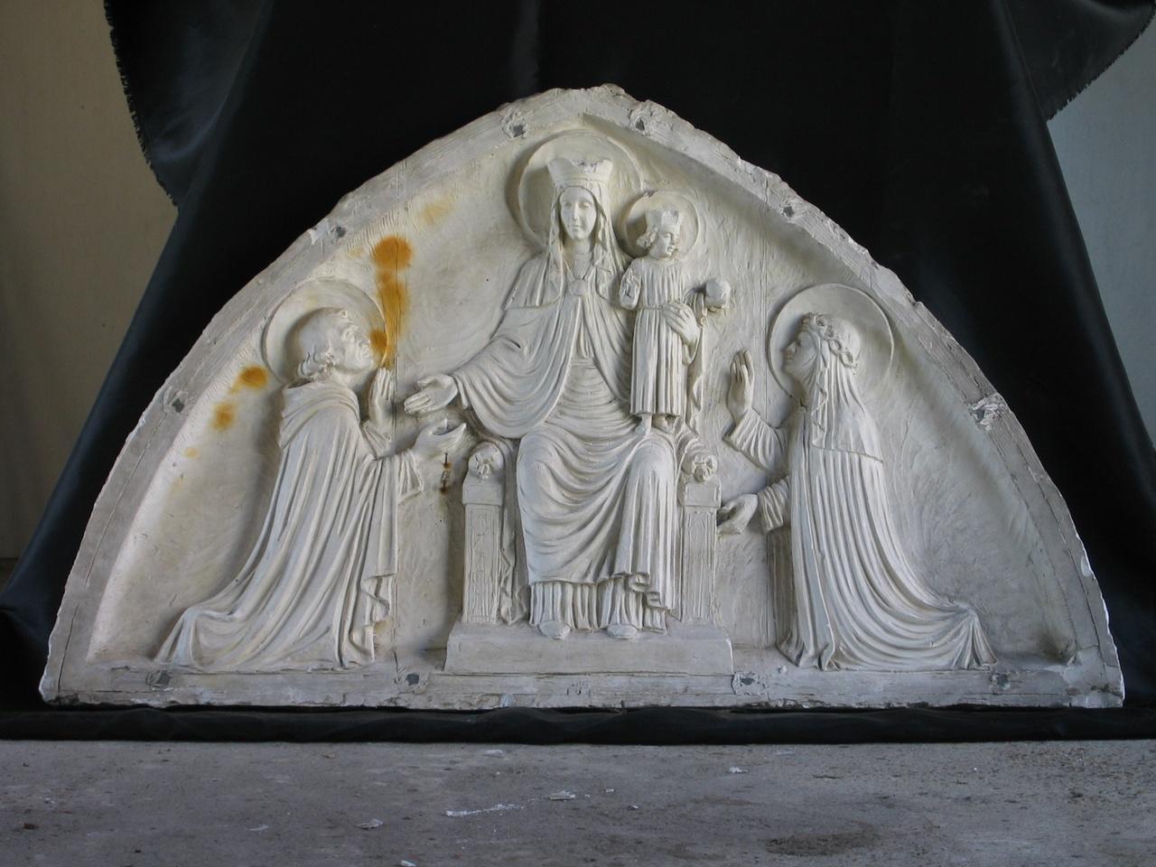 Dieptereliëf van Maria en Jezus met geknield H. Dominicus en H. Catherina van Siëna