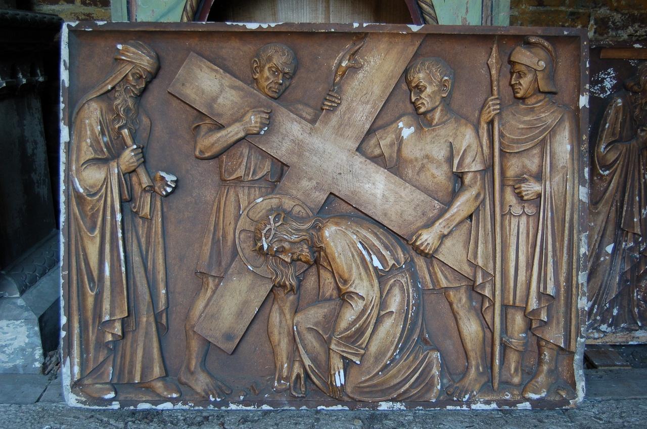 Kruiswegstatie: Jezus valt voor de eerste maal onder het kruis