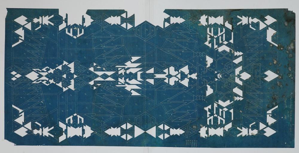Blauwe lichtdruk tekening (of blauwdruk) met nummering van vakjes ten behoeve van uitsnijden tot een sjabloon.