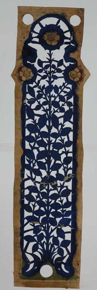 Sjabloon in halfrond uitlopende vaan-vorm bestaande uit bladranken en bloemmotieven.