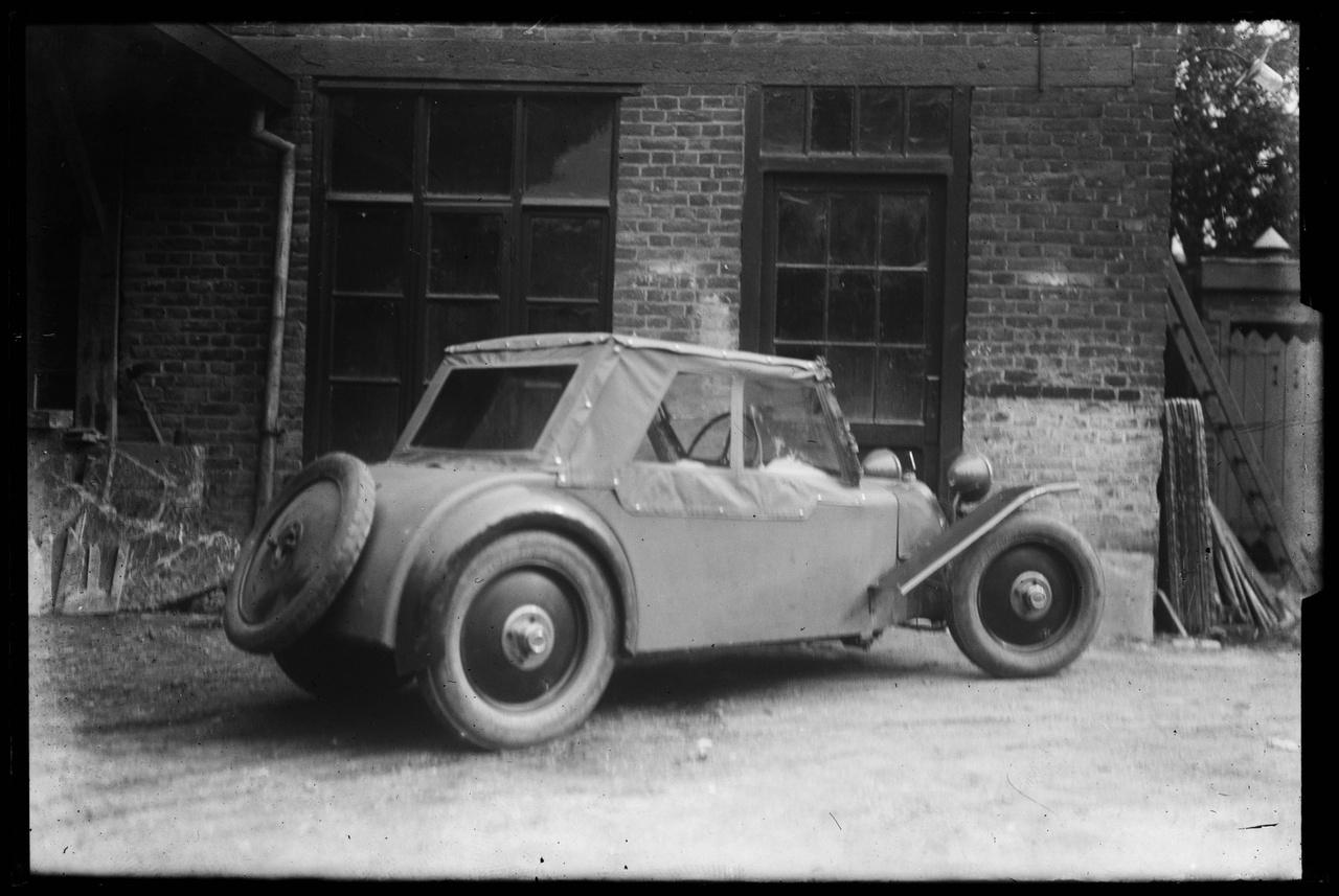 Glasnegatief waarop een auto is afgebeeld