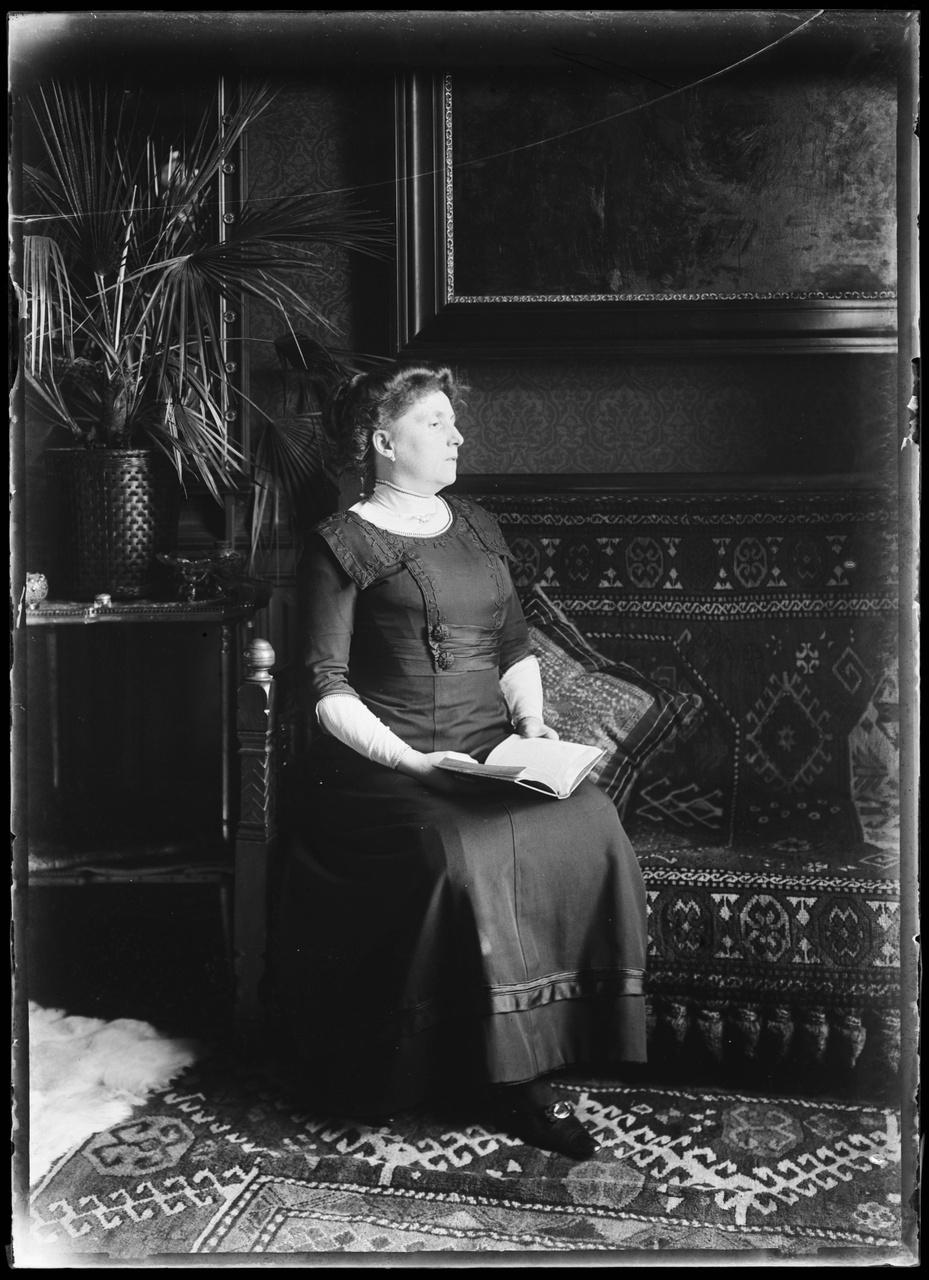 Glasnegatief van foto van vrouw met boek