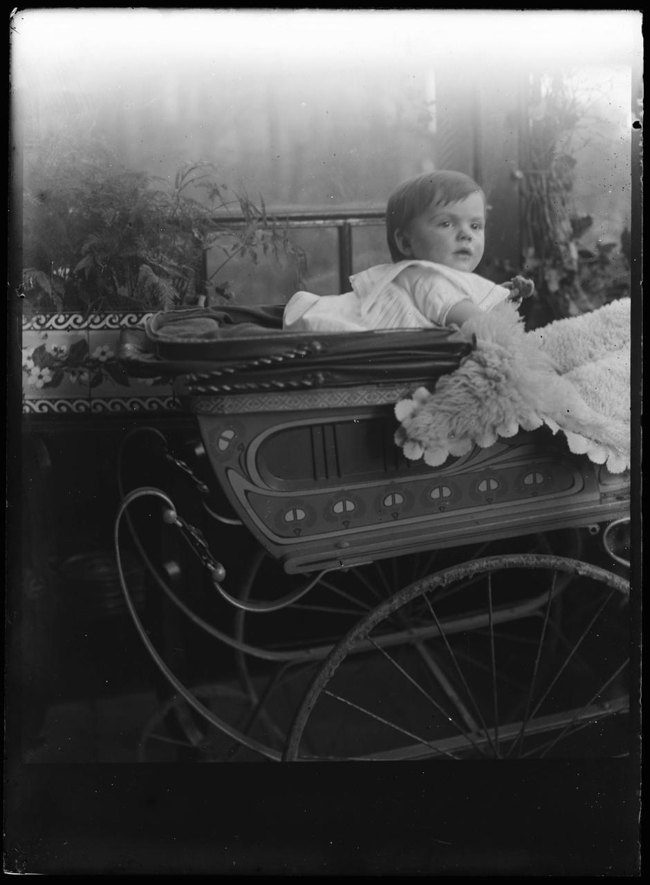 Glasnegatief van foto van kind in kinderwagen