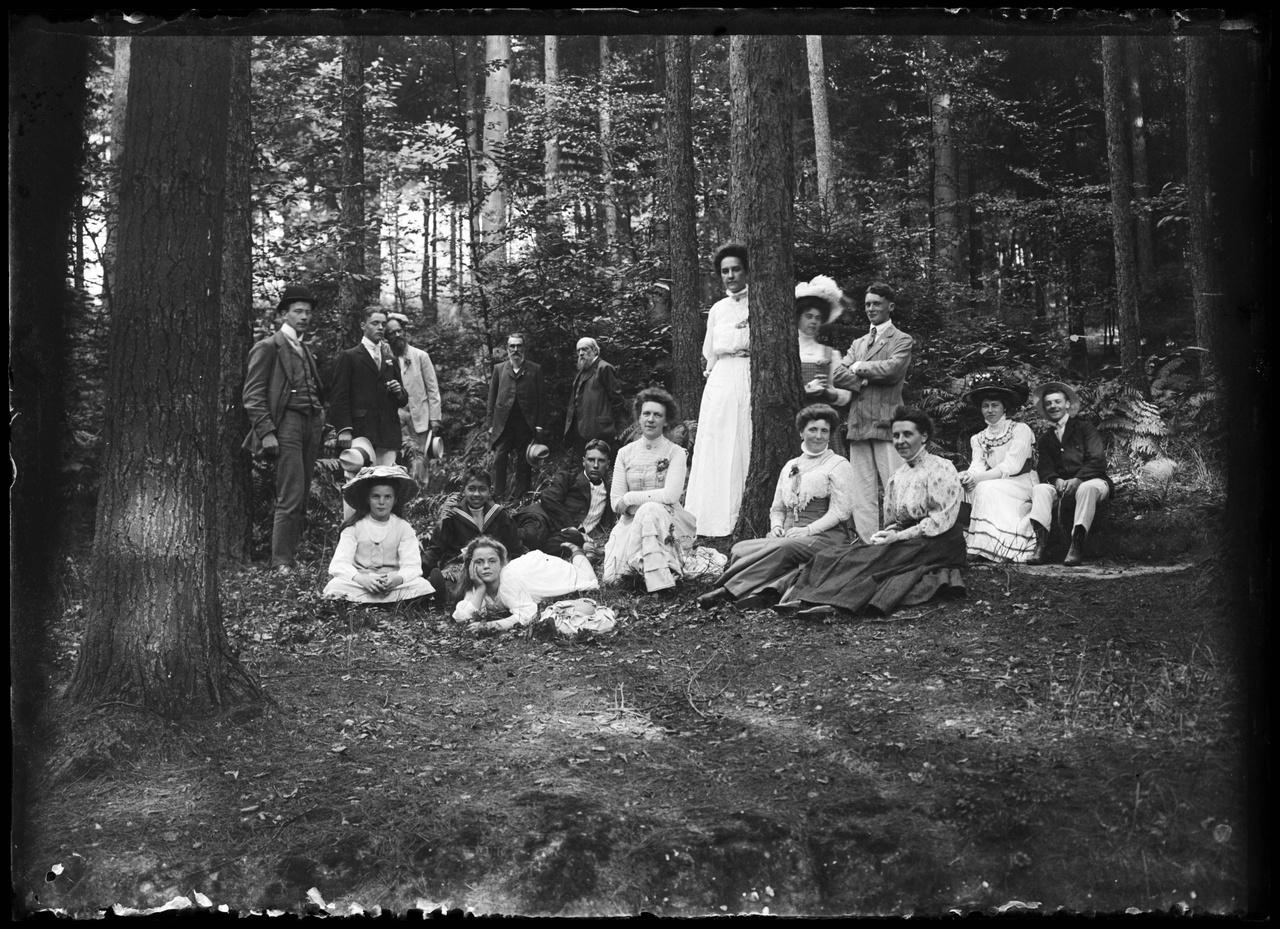 Glasnegatief van groepsfoto in bos.