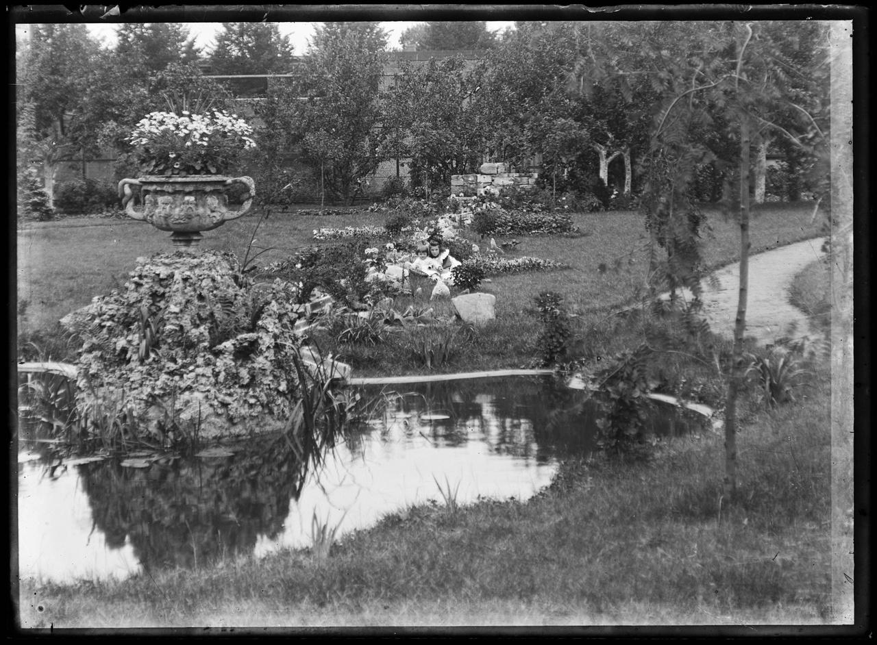 Glasnegatief van foto van twee kinderen in een tuin