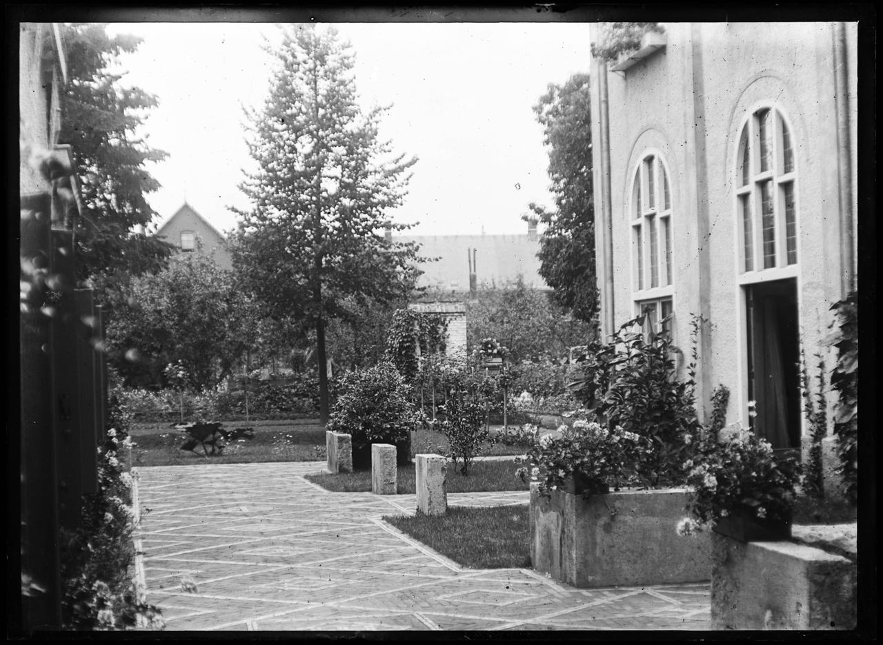 Glasnegatief van een foto van de binnenplaats Andersonweg 6-8.