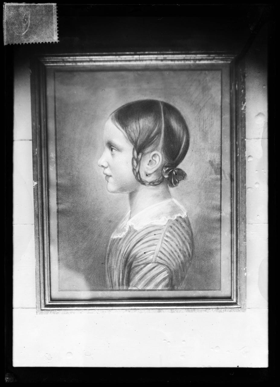 Glasnegatief van een foto van een geschilderd portret van Antoinette AlberdingkThijm als meisje
