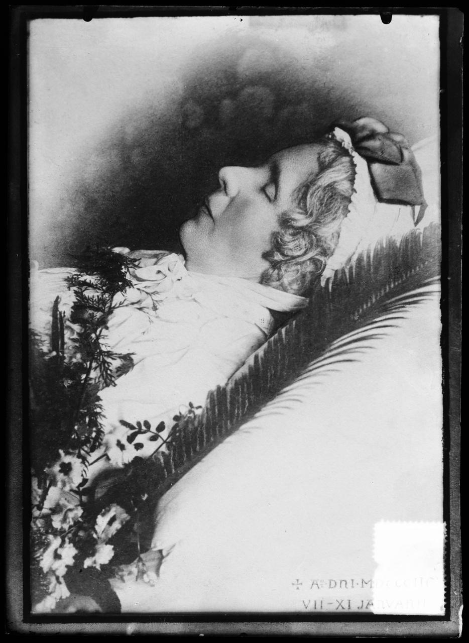 Glasnegatief van foto van een bestaande foto of schildering van Antoinette Alberdingk Thijm op haar sterfbed.