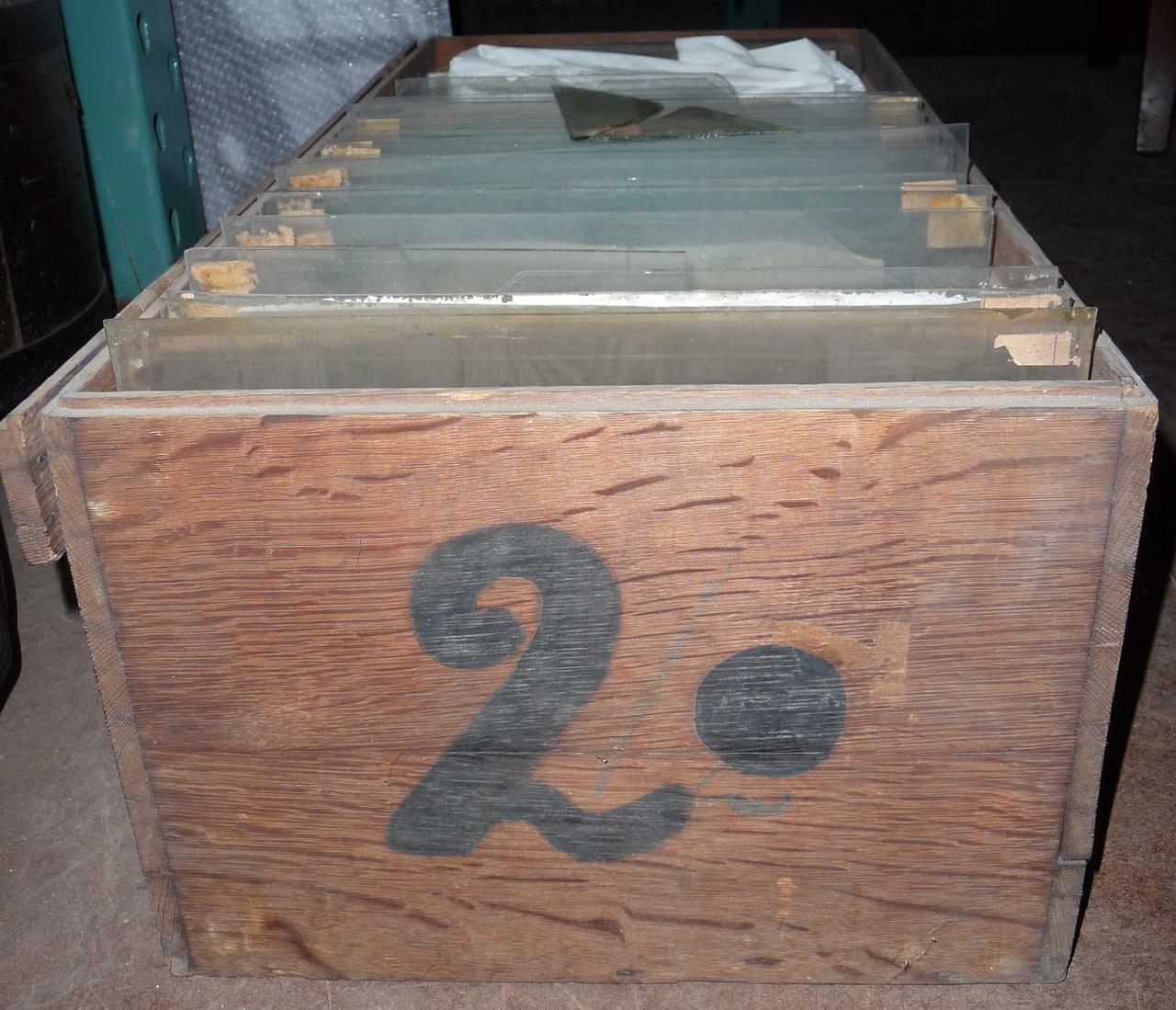 Kist voor glasnegatieven met nummer 2 (groot).