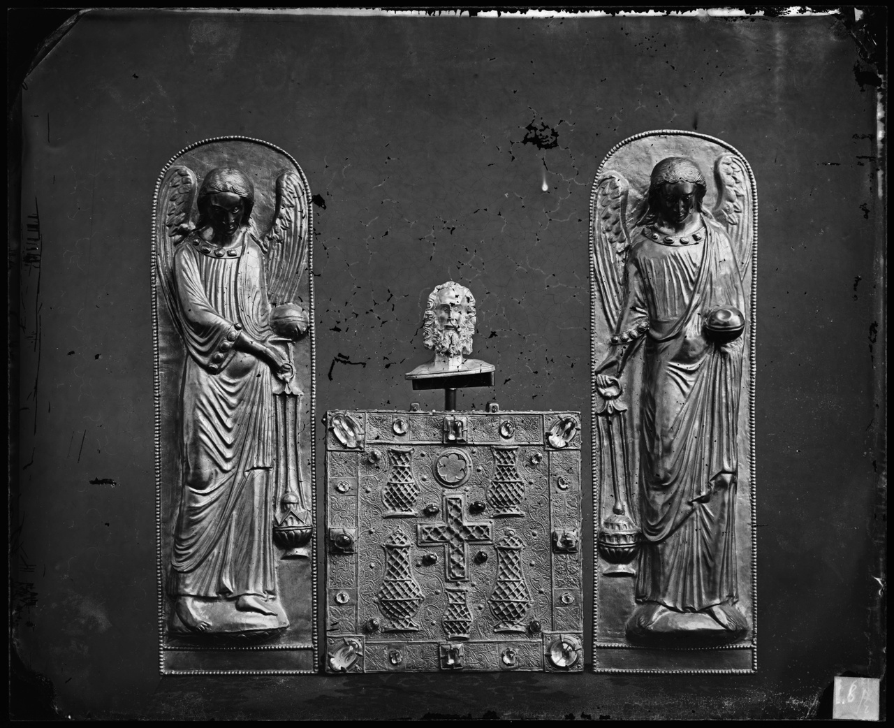 Glasnegatief van foto van producten uit de Cuypers' Kunstwerkplaatsen: twee engelen en een paneel