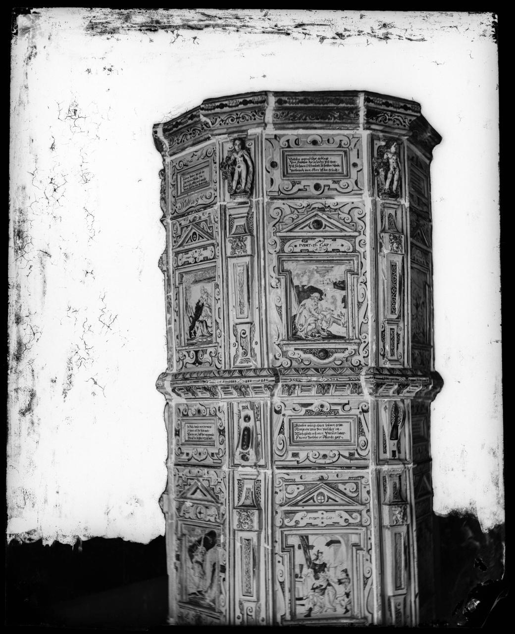 Glasnegatief van foto van producten uit de Cuypers' Kunstwerkplaatsen: een eiken kast
