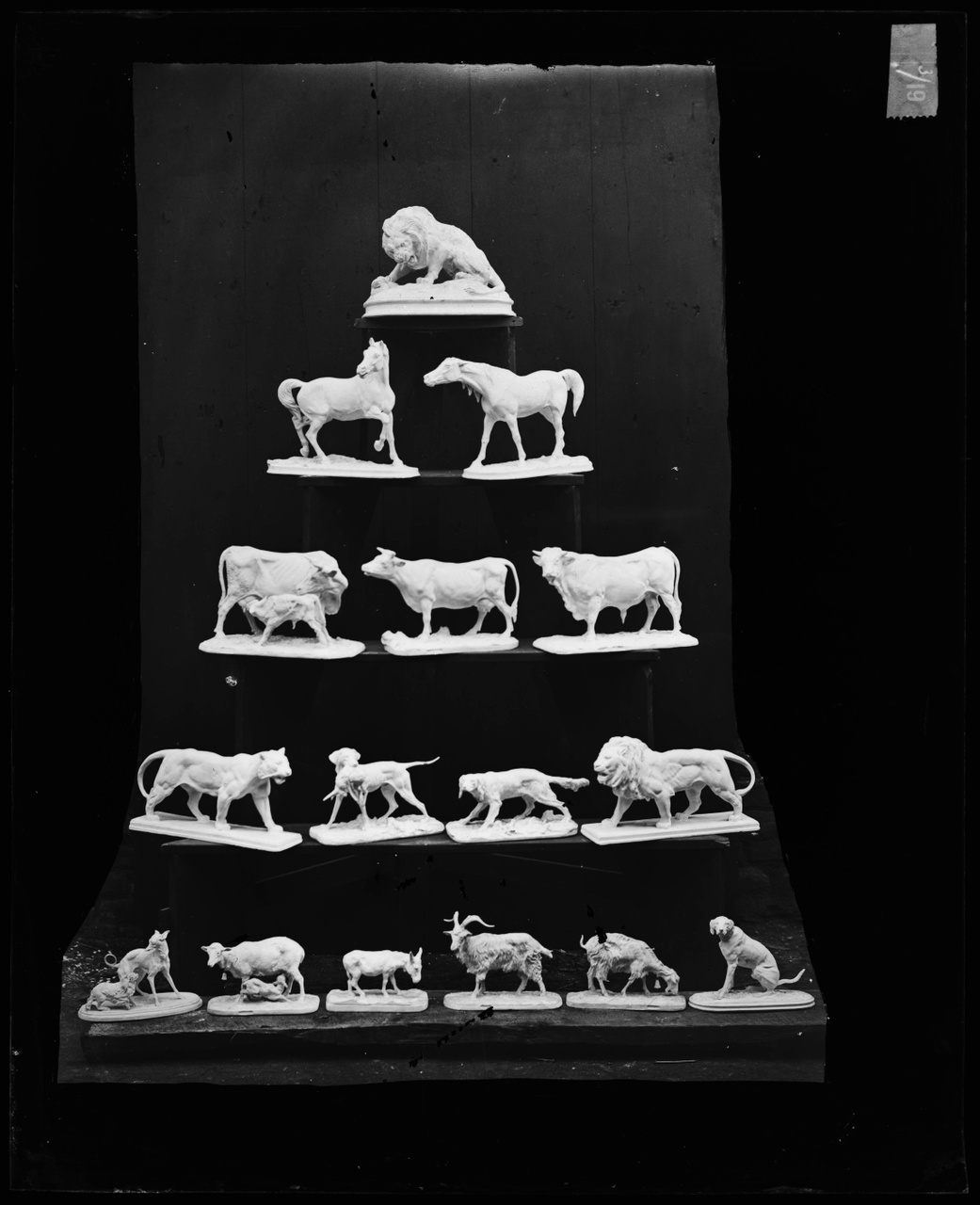 Glasnegatief van foto van producten uit de Cuypers' Kunstwerkplaatsen: 16 verschillende dieren