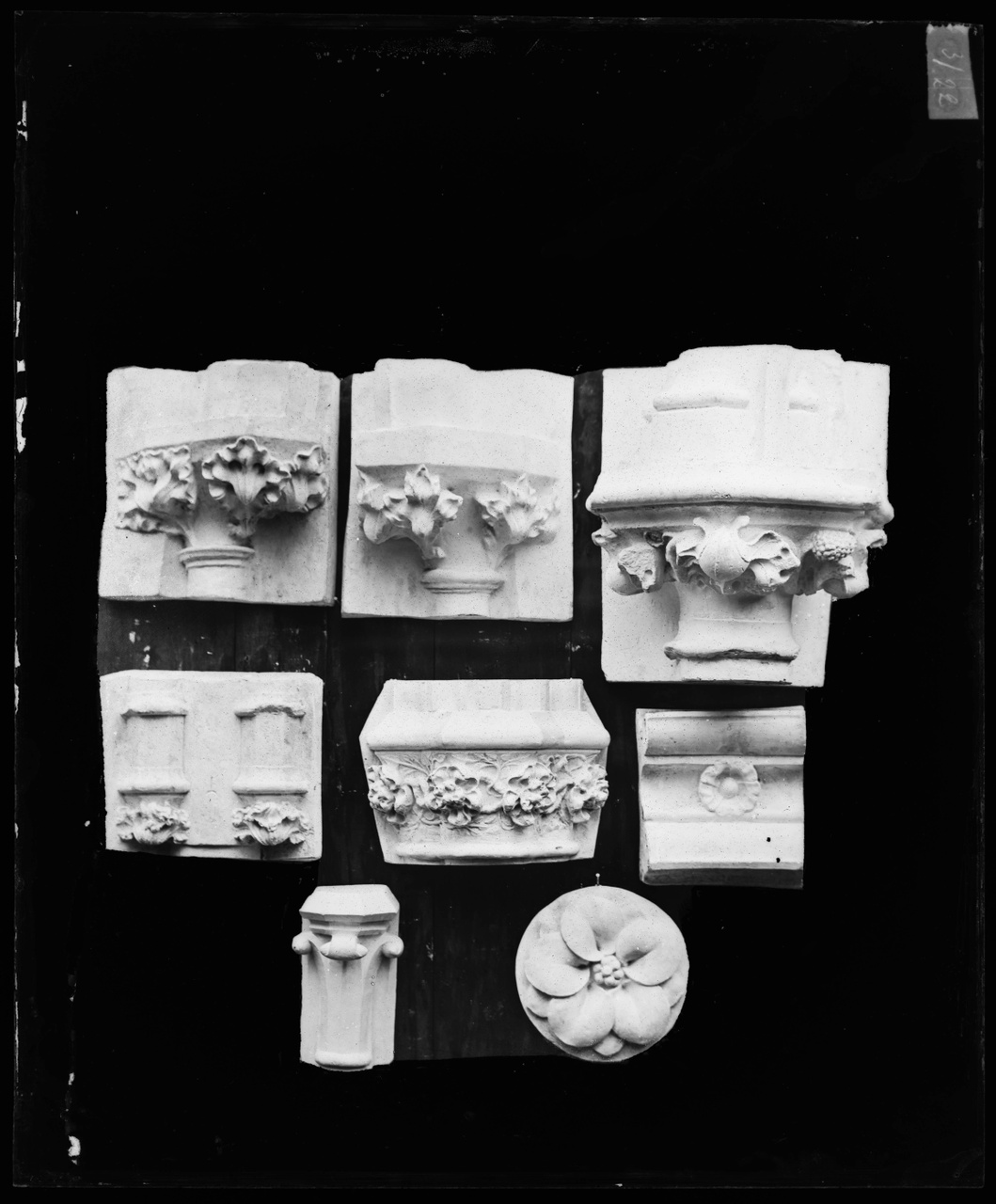 Glasnegatief van foto van producten uit de Cuypers' Kunstwerkplaatsen: kapitelen en rosetten Maastricht