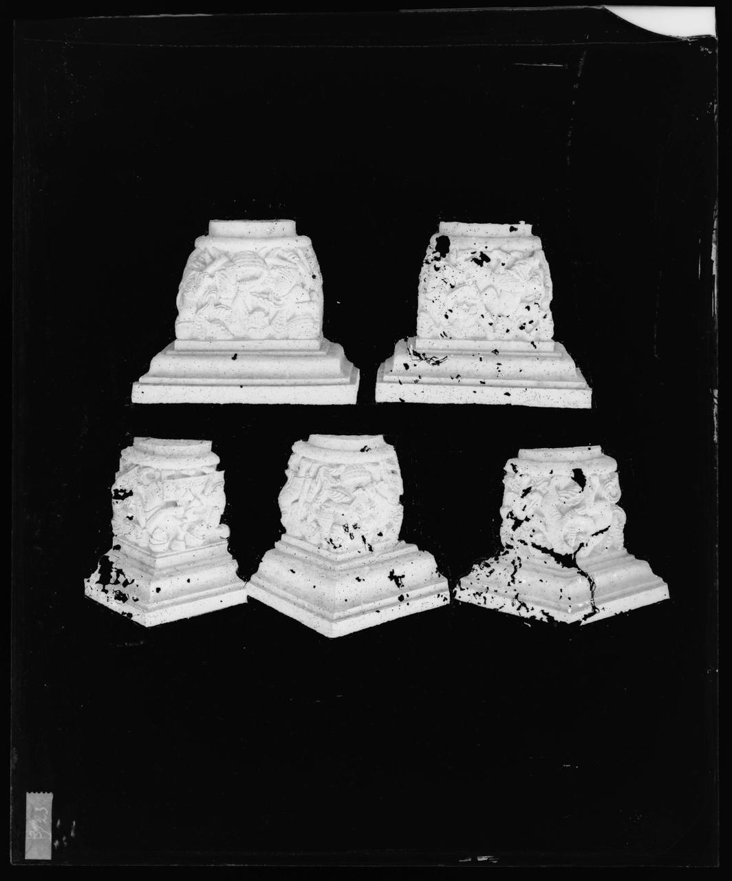 Glasnegatief van foto van producten uit de Cuypers' Kunstwerkplaatsen: vijf kapitelen
