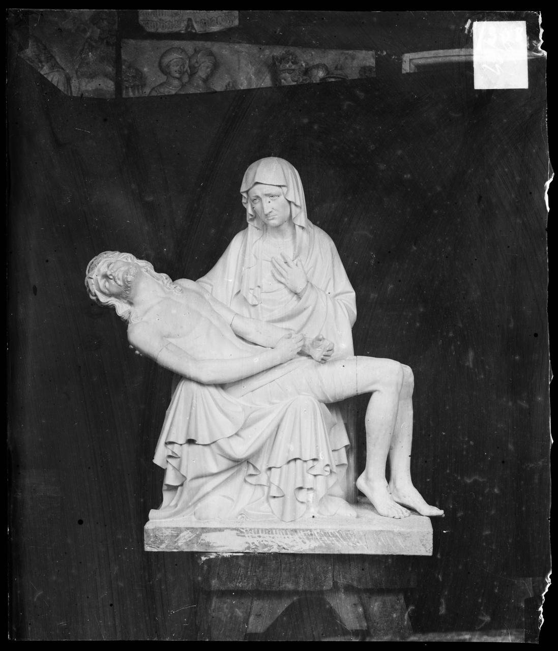 """Glasnegatief van foto van producten uit de Cuypers' Kunstwerkplaatsen: """"Pieta""""."""