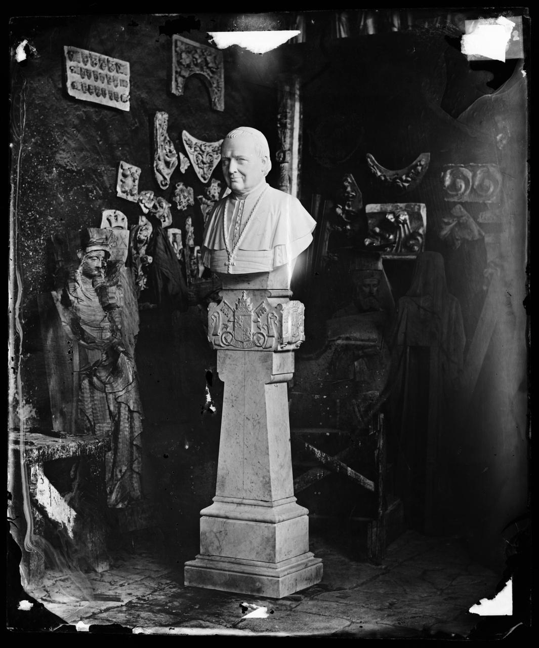 """Glasnegatief van foto van producten uit de Cuypers' Kunstwerkplaatsen: """"Pius IX"""""""