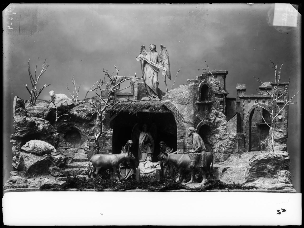 """Glasnegatief van foto van producten uit de Cuypers' Kunstwerkplaatsen: """"Kerstkribbe""""."""