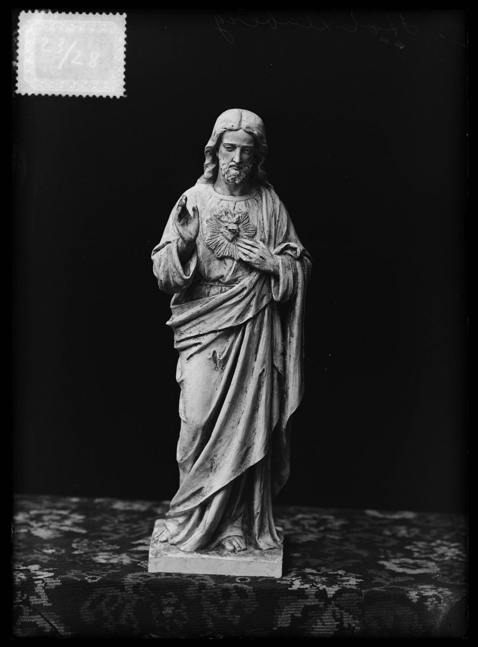 """Glasnegatief van foto van producten uit de Cuypers' Kunstwerkplaatsen uit kist met nummer 23: """"Heilig Hart""""."""