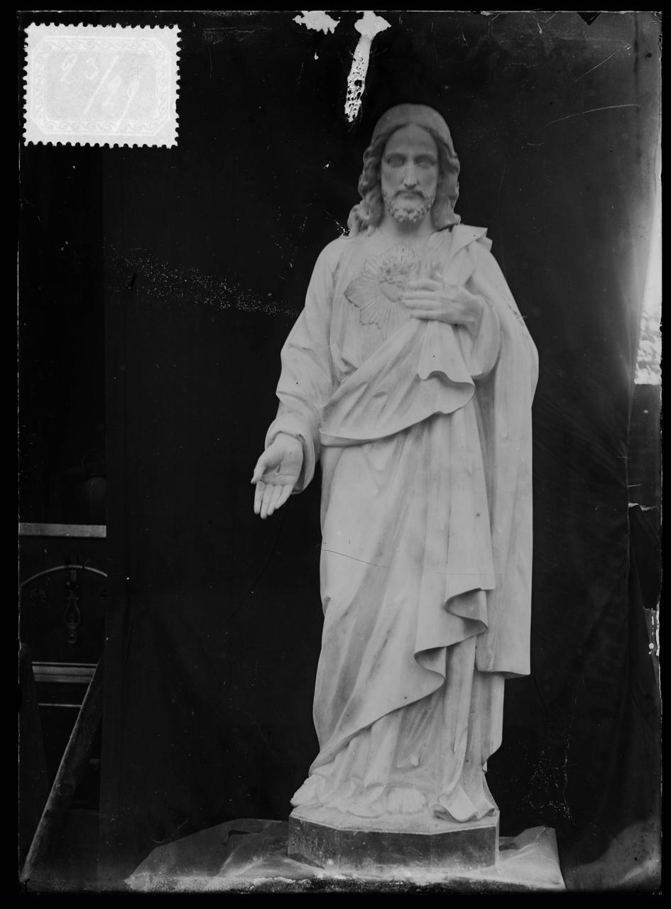 """Glasnegatief van foto van producten uit de Cuypers' Kunstwerkplaatsen uit kist met nummer 23: """"Heilig Hartbeeld""""."""
