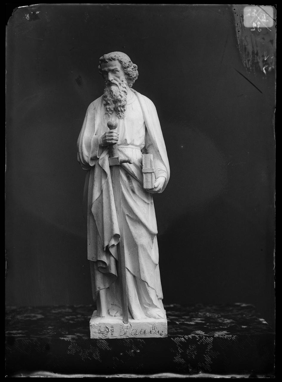 """Glasnegatief van foto van producten uit de Cuypers' Kunstwerkplaatsen uit kist met nummer 23: """"Sint Paulus""""."""