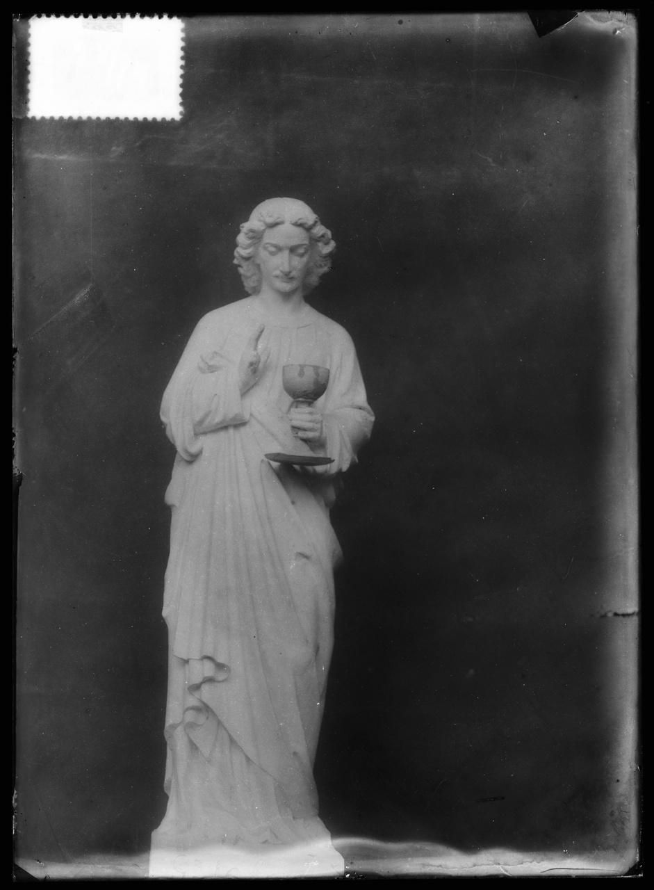 """Glasnegatief van foto van producten uit de Cuypers' Kunstwerkplaatsen uit kist met nummer 23: """"Heiligenbeeld""""."""