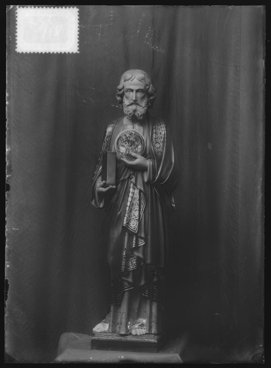 """Glasnegatief van foto van producten uit de Cuypers' Kunstwerkplaatsen uit kist met nummer 23: """"Sint Marcus""""."""