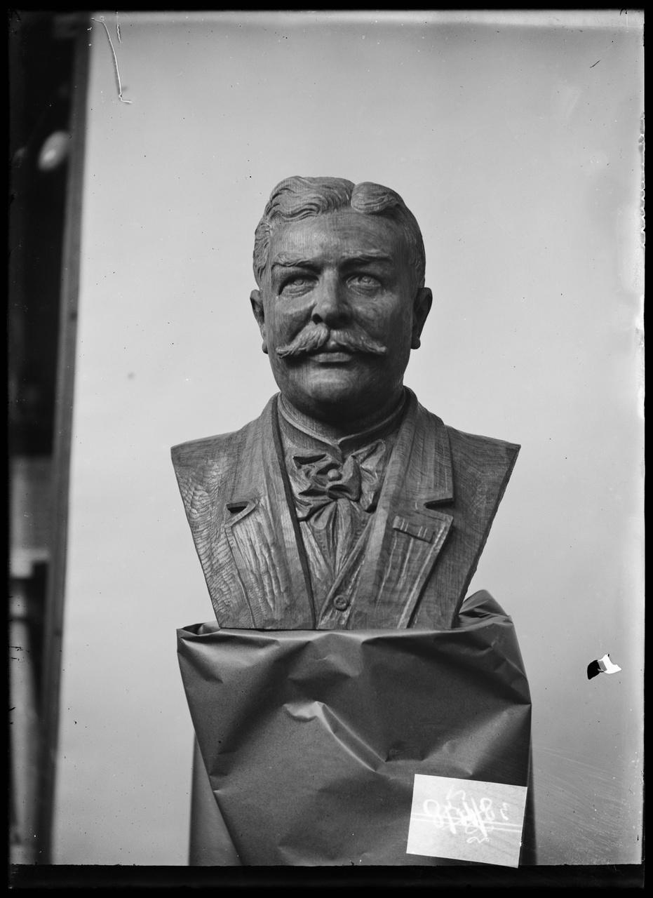 """Glasnegatief van foto van producten uit de Cuypers' Kunstwerkplaatsen: """"Portretbuste van een politicus""""."""