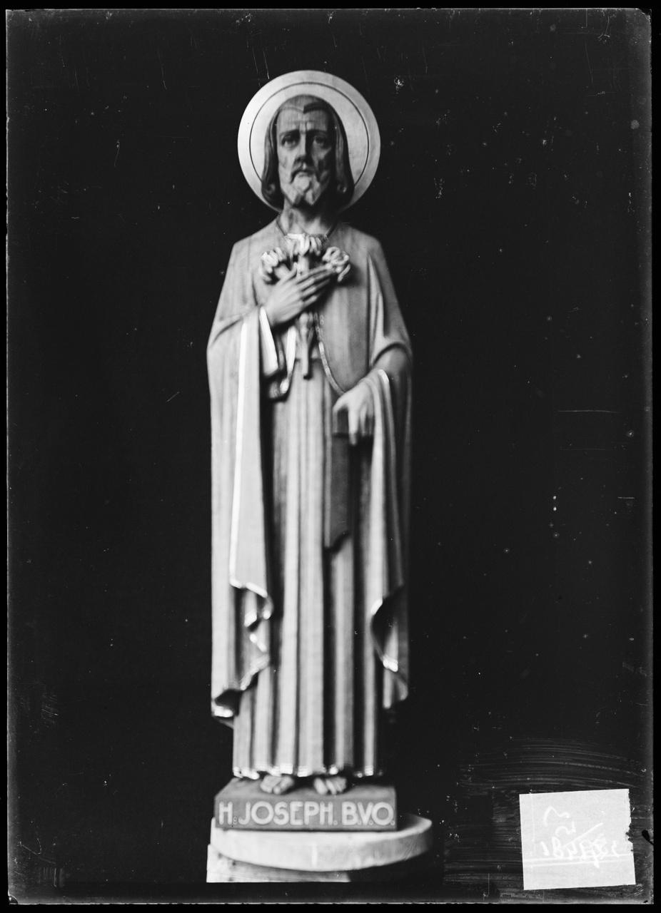 """Glasnegatief van foto van producten uit de Cuypers' Kunstwerkplaatsen: """"Beeld van Sint Jozef""""."""