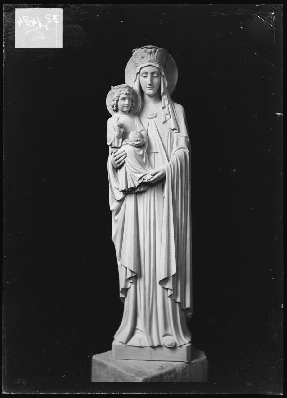"""Glasnegatief van foto van producten uit de Cuypers' Kunstwerkplaatsen: """"Foto van beeld Maria met kind""""."""