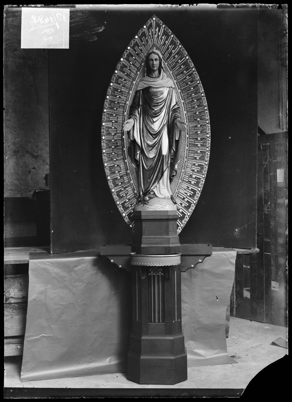 """Glasnegatief van foto van producten uit de Cuypers' Kunstwerkplaatsen: """"Beeld van Maria met stralenkrans""""."""