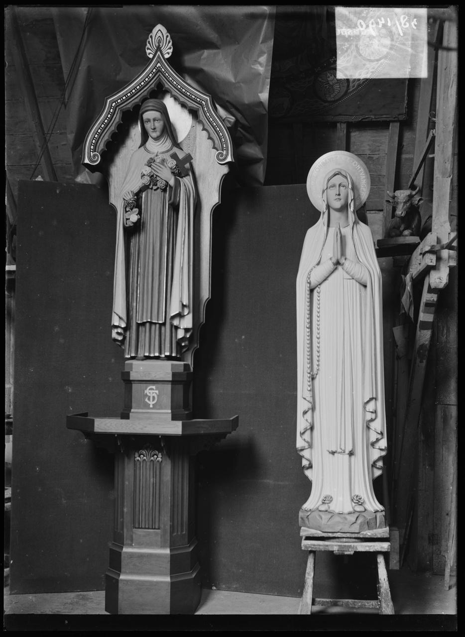 """Glasnegatief van foto van producten uit de Cuypers' Kunstwerkplaatsen: """"Twee Mariabeelden""""."""