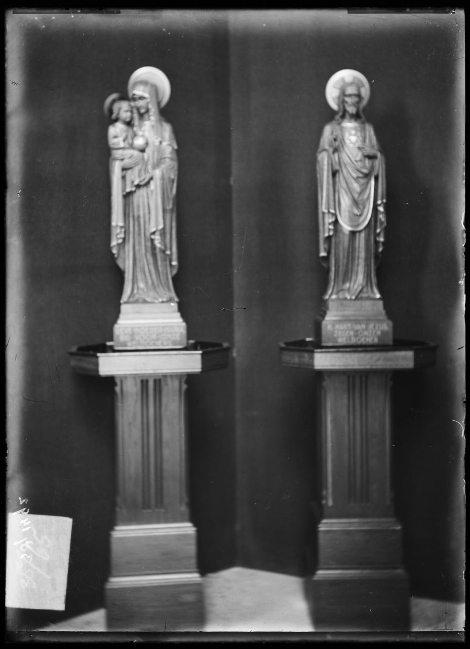 """Glasnegatief van foto van producten uit de Cuypers' Kunstwerkplaatsen: """"Foto van een beeld van Maria met Kind en van een H. Hartbeeld""""."""