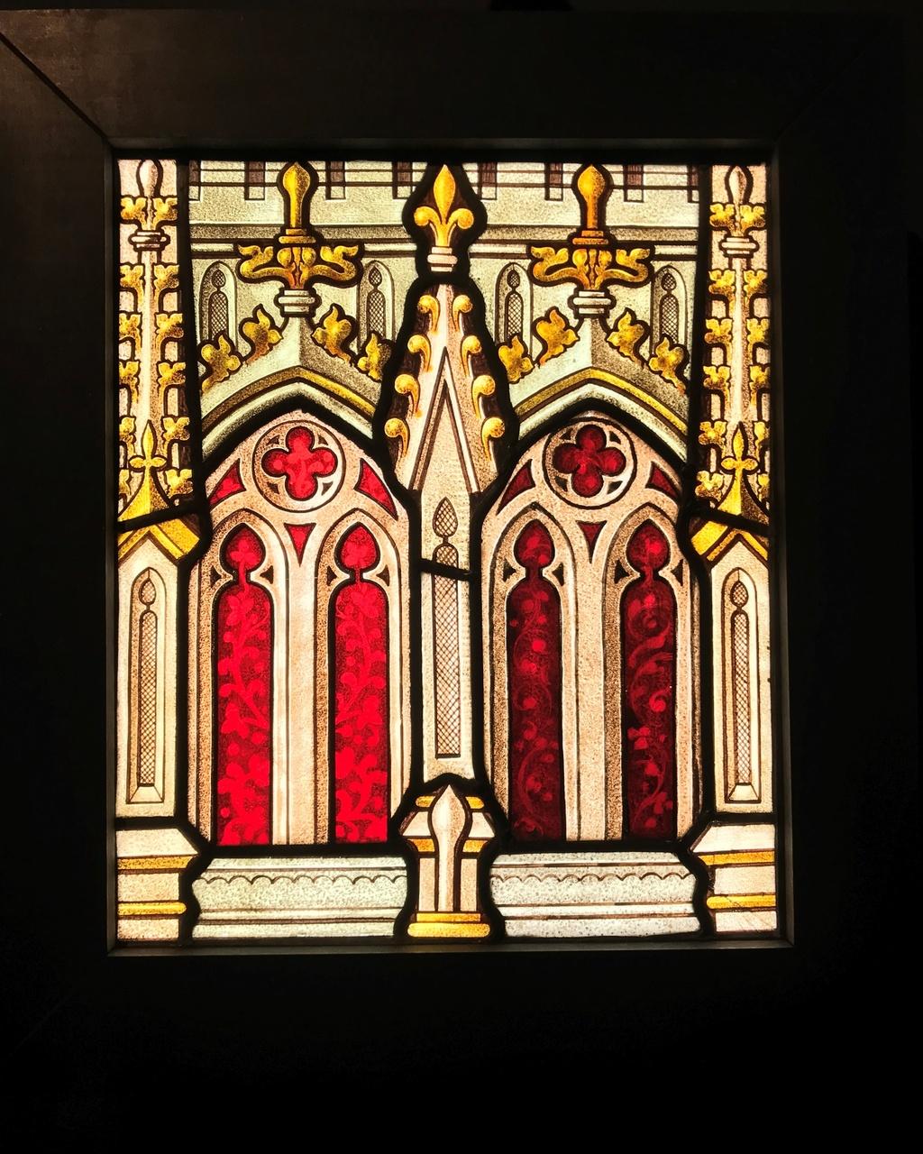 Glas-in-loodraam, onderdeel kerkraam, met gotische elementen